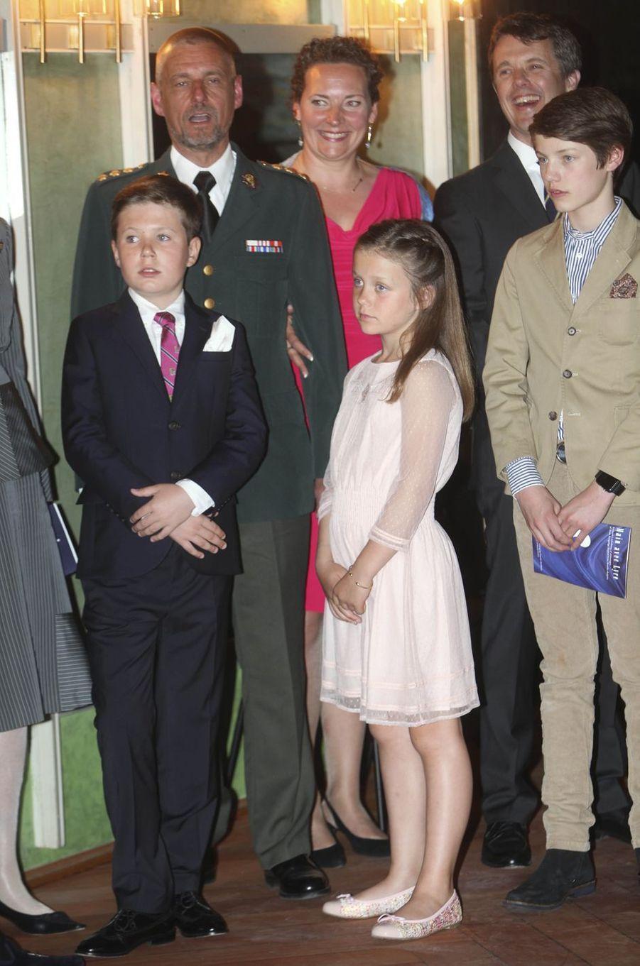 Le prince Frederik de Danemark avec la princesse Isabella et les prince Félix et Christian à Copenhague, le 20 mai 2016