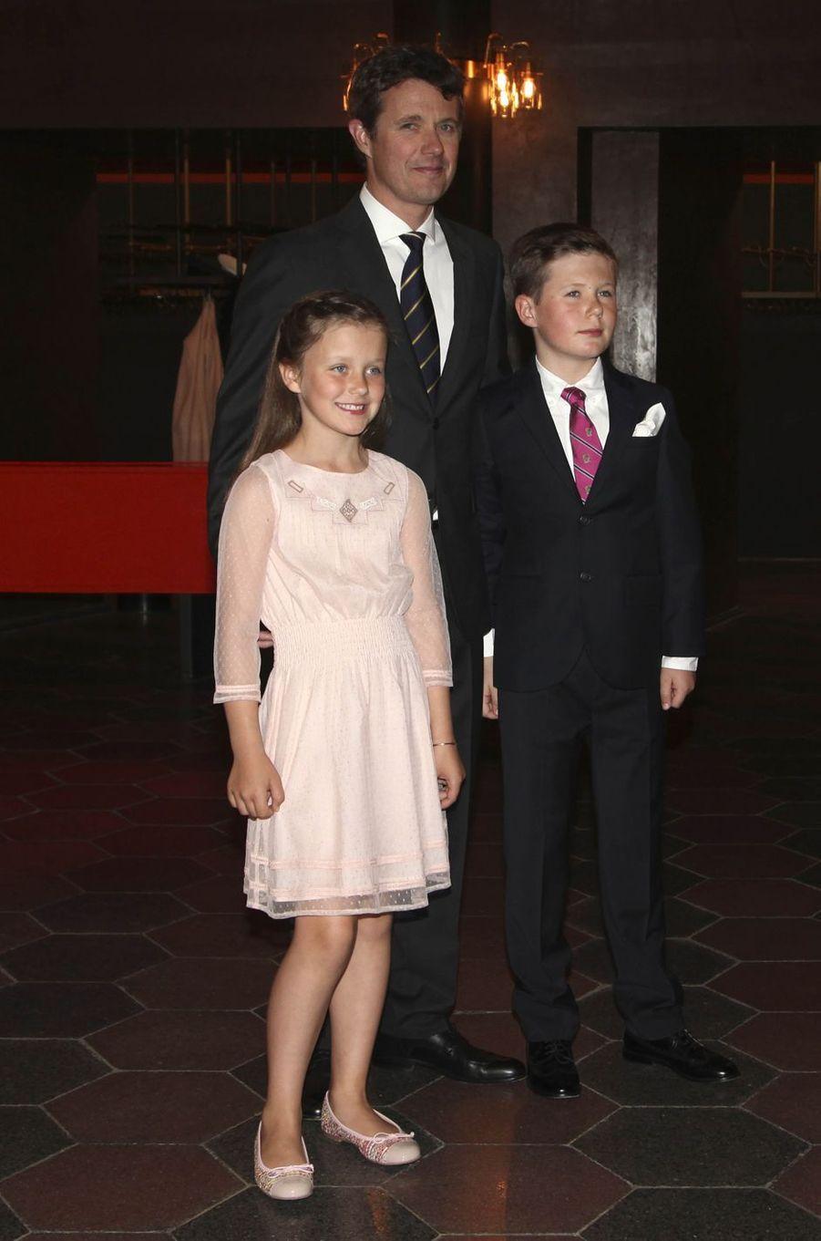 Le prince Frederik de Danemark avec le prince Christian et la princesse Isabella à Copenhague, le 20 mai 2016