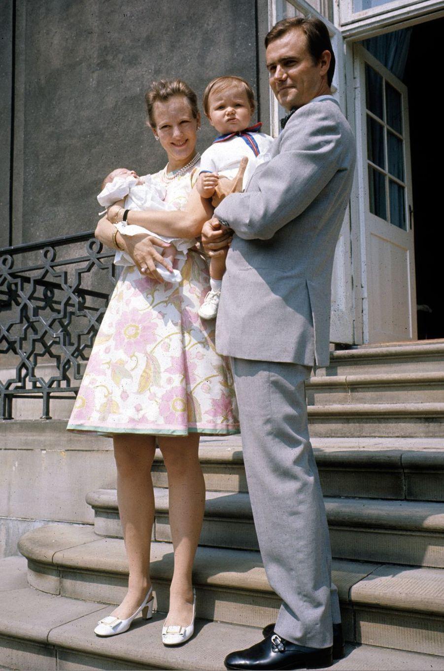 Le prince Frederik de Danemark avec ses parents et son petit frère le 30 juin 1969