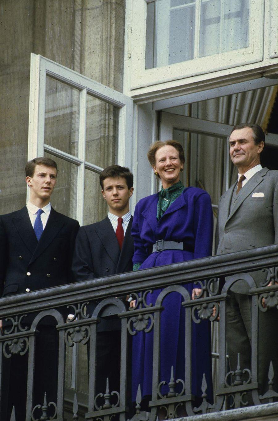 Le prince Frederik de Danemark avec ses parents et son petit frère le 16 avril 1986
