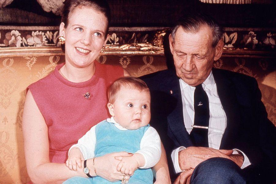Le prince Frederik de Danemark avec sa mère la princesse Margrethe et son grand-père le roi Frederik IX le 1er janvier 1969