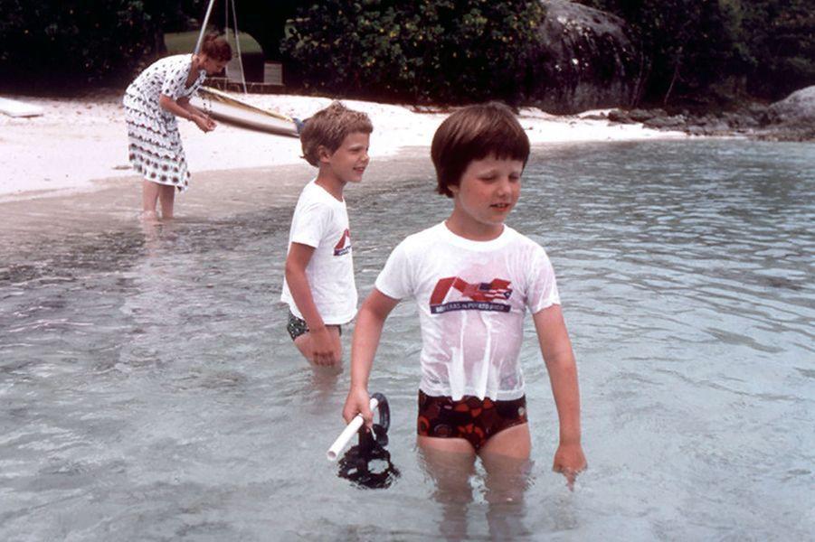 Le prince Frederik de Danemark avec son petit frère le prince Joachim, le 1er juin 1976