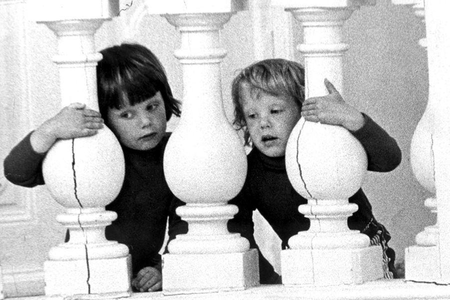 Le prince Frederik de Danemark avec son petit frère le prince Joachim, le 15 juin 1973