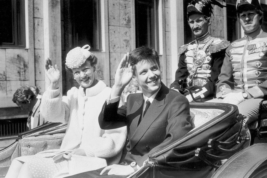 Le prince Frederik de Danemark avec sa mère la reine Margrethe II le 27 juin 1986