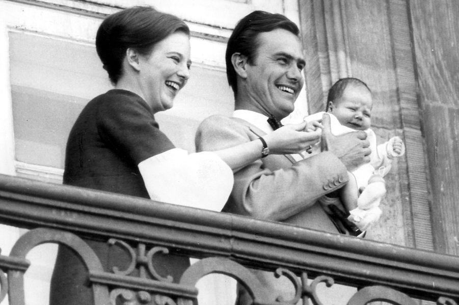 Le prince Frederik de Danemark avec ses parents le 11 juin 1968