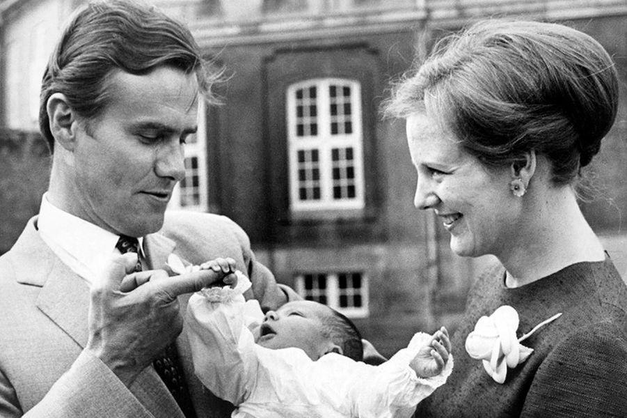 Le prince Frederik de Danemark avec ses parents le 8 juin 1968