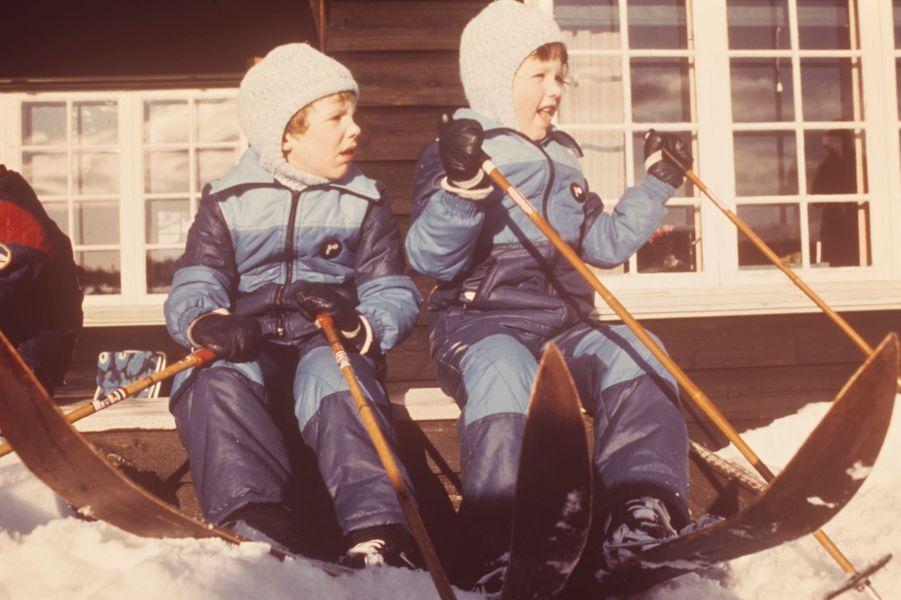 Le prince Frederik de Danemark avec son petit frère le prince Joachim, le 15 février 1975
