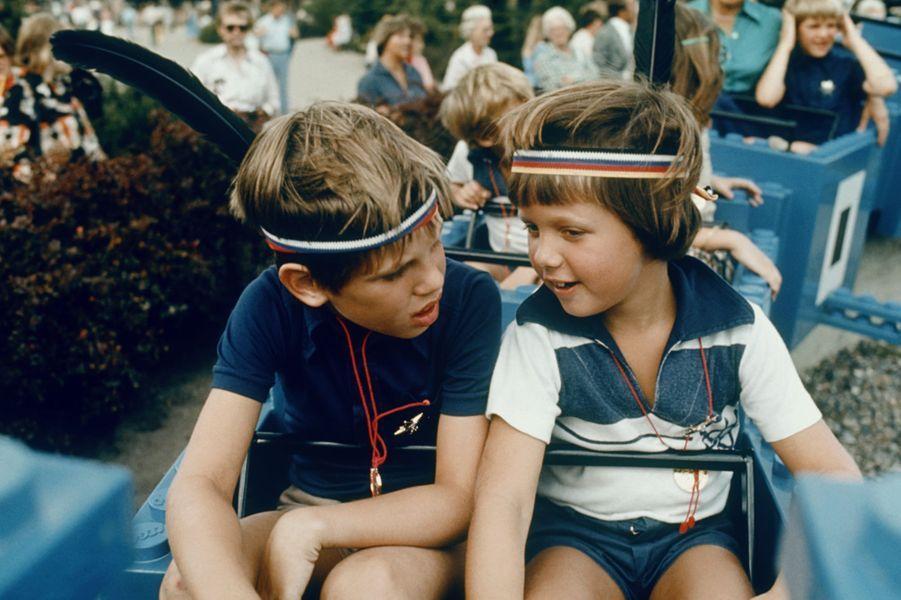Le prince Frederik de Danemark avec son petit frère le prince Joachim, en 1977