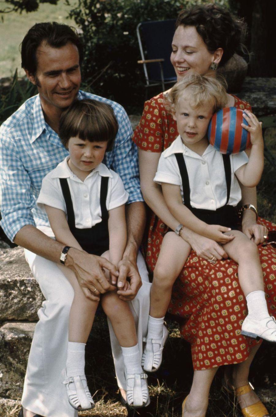 Le prince Frederik de Danemark avec ses parents et son petit frère en août 1972