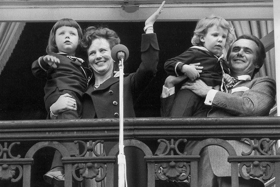 Le prince Frederik de Danemark avec ses parents et son frère en 1973