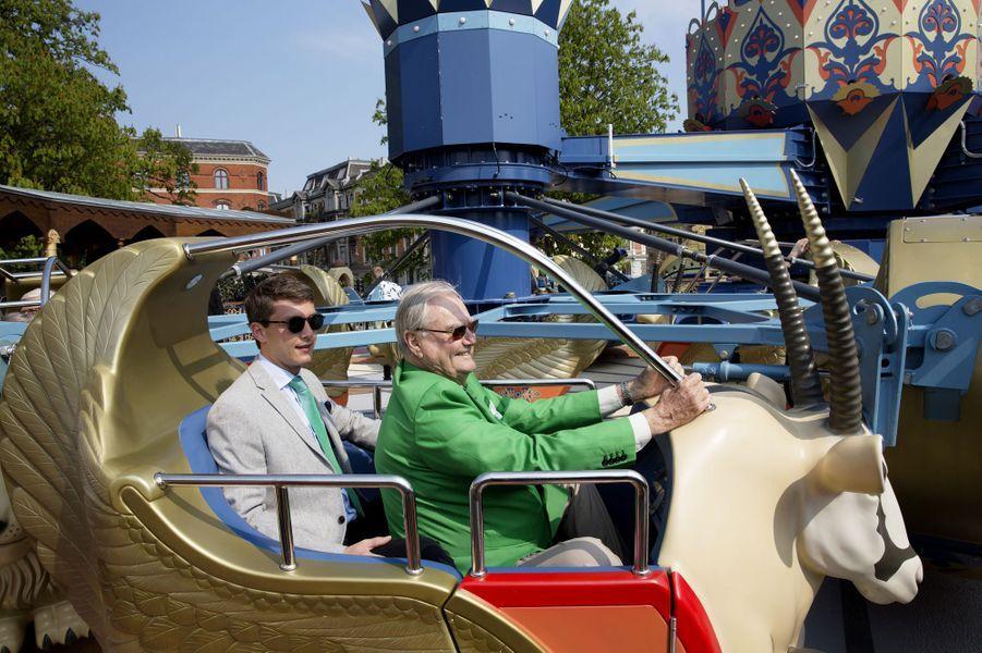 Le prince Henrik de Danemark avec son neveu Charles-Henri Keller dans le parc de Tivoli à Copenhague, le 3 mai 2016