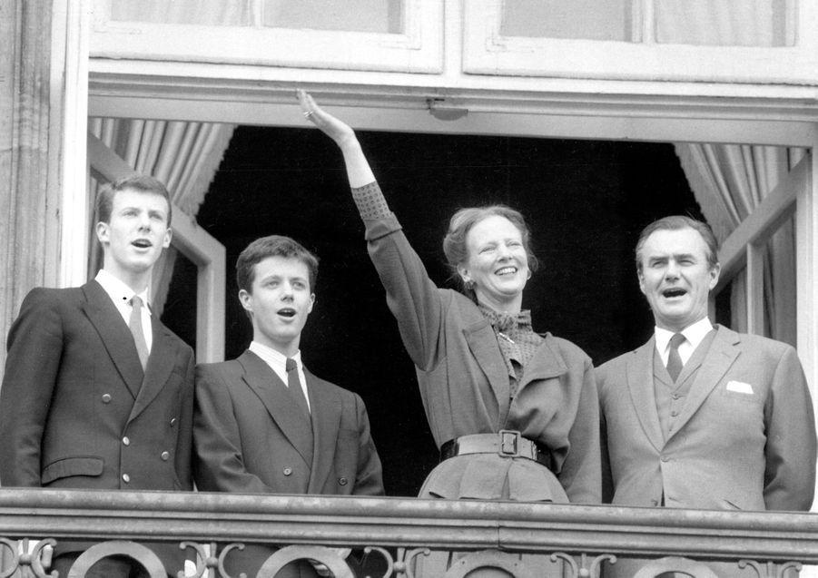 Le prince Joachim de Danemark avec son grand frère le prince Frederik et leurs parents, le 16 avril 1986