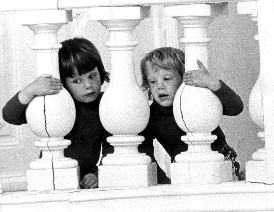 Le prince Joachim de Danemark avec son grand frère le prince Frederik, le 15 juin 1973