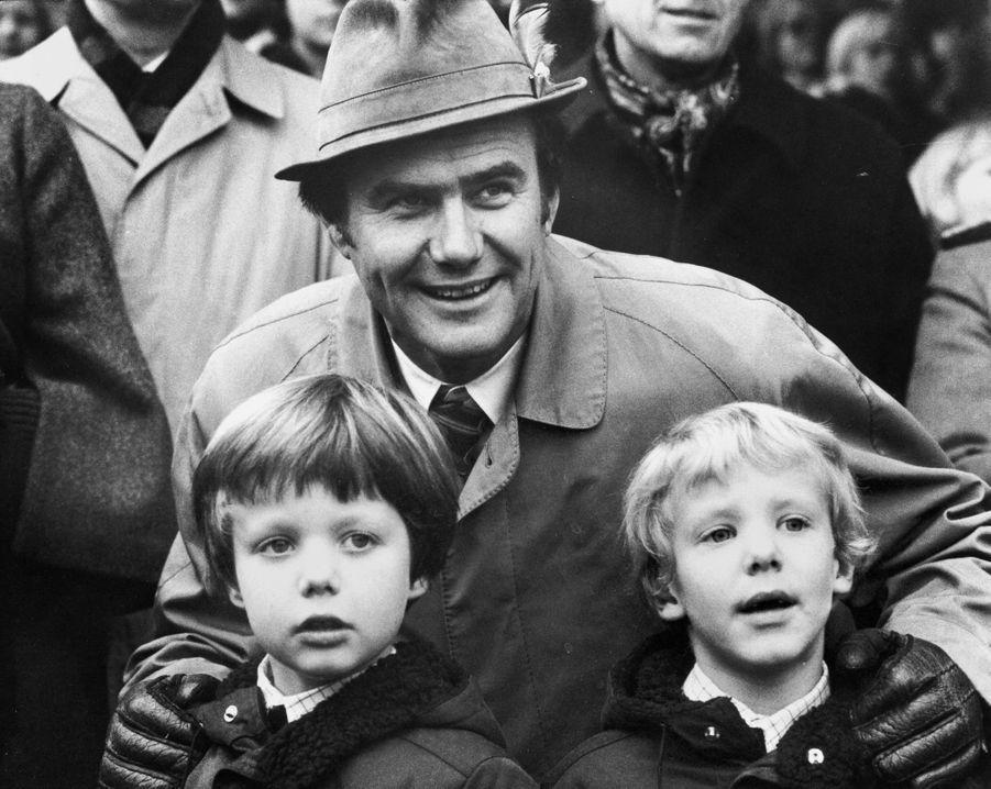 Le prince Joachim de Danemark avec son grand frère le prince Frederik et leur père le prince Henrik, le 8 novembre 1975