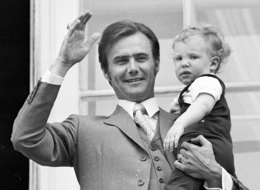 Le prince Joachim de Danemark avec son père le prince Henrik, le 16 avril 1971