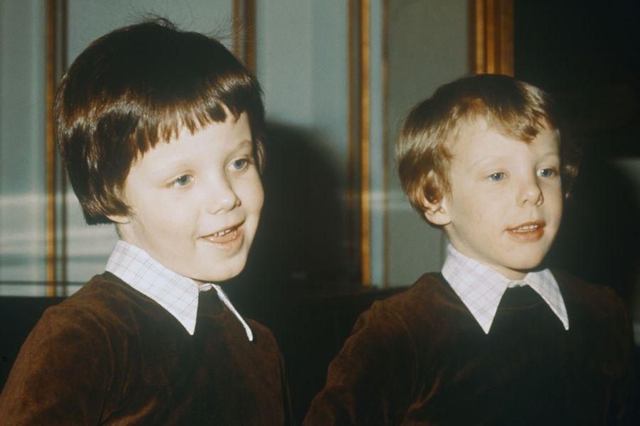 Le prince Joachim de Danemark avec son grand frère le prince Frederik, vers 1976