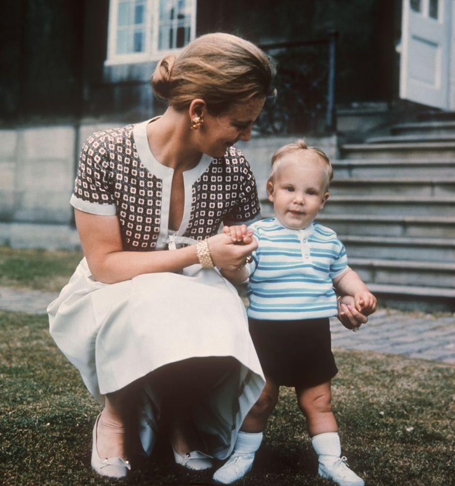 Le prince Joachim de Danemark avec sa mère Margreth, alors princesse héritière, en 1970