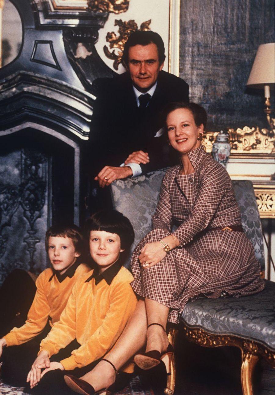 Le prince Joachim de Danemark avec son grand frère le prince Frederik et leurs parents, le 16 juin 1980