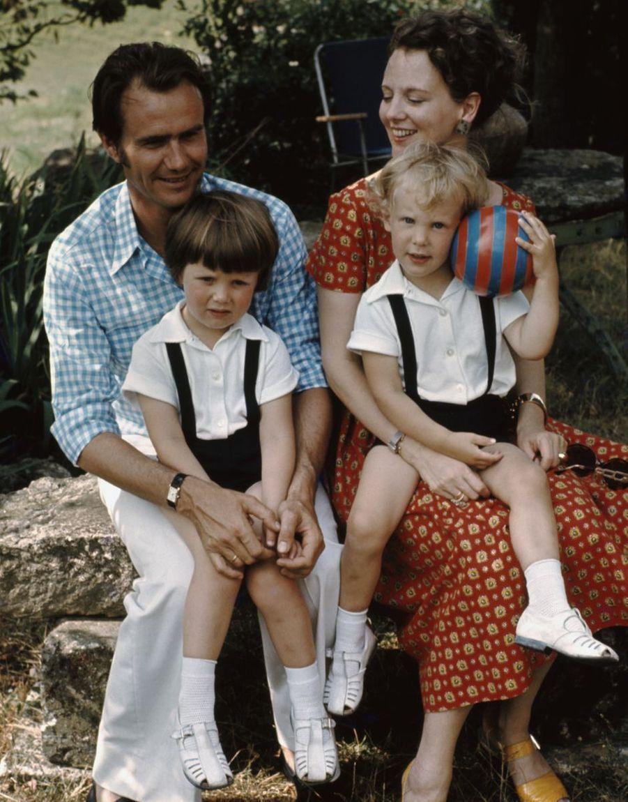 Le prince Joachim de Danemark avec son grand frère le prince Frederik et leurs parents, en août 1972