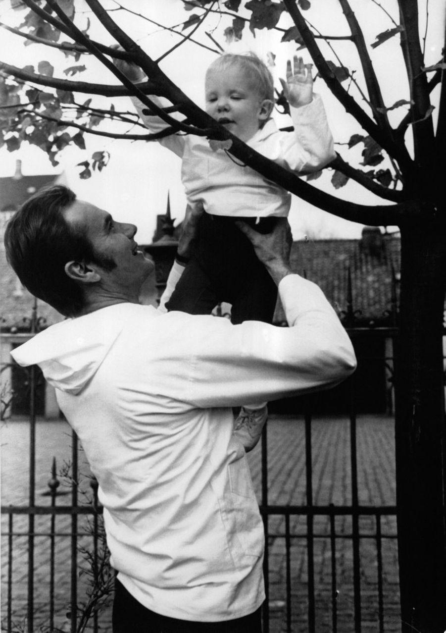 Le prince Joachim de Danemark avec son père le prince Henrik, le 1er novembre 1970
