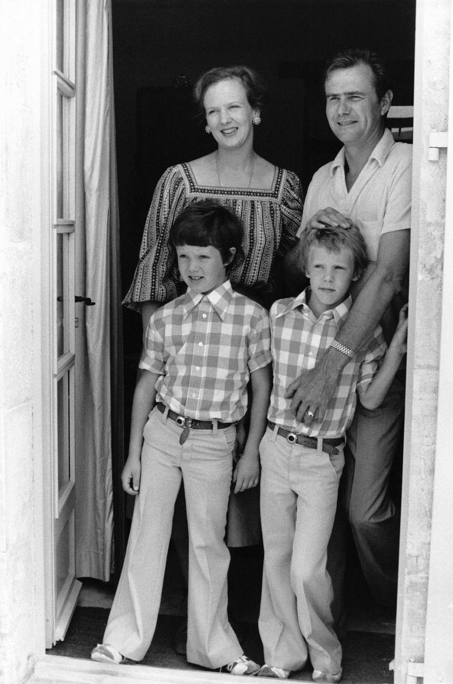 Le prince Joachim de Danemark avec son grand frère le prince Frederik et leurs parents, le 12 août 1977