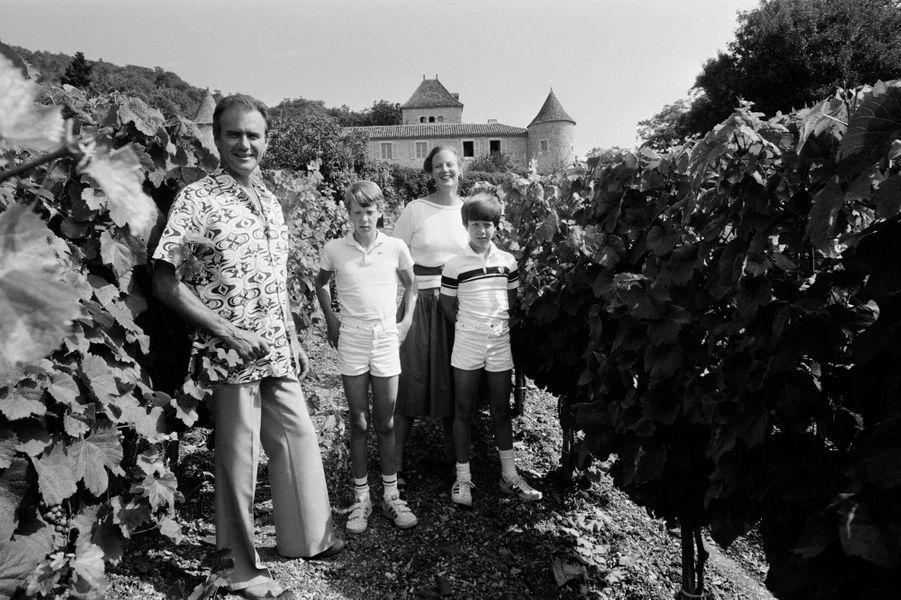 Le prince Joachim de Danemark avec son grand frère le prince Frederik et leurs parents, en août 1981