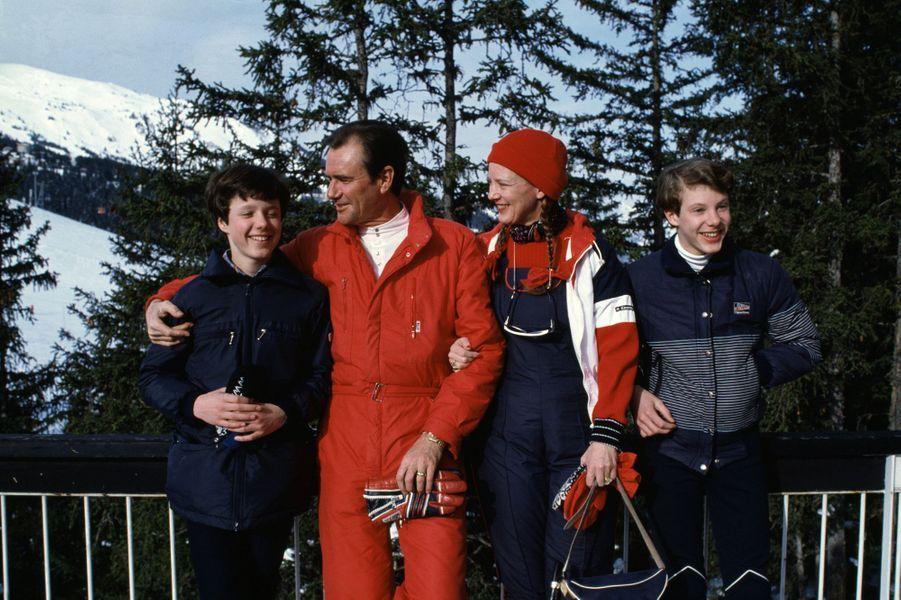 Le prince Joachim de Danemark avec son grand frère le prince Frederik et leurs parents, le 14 février 1983