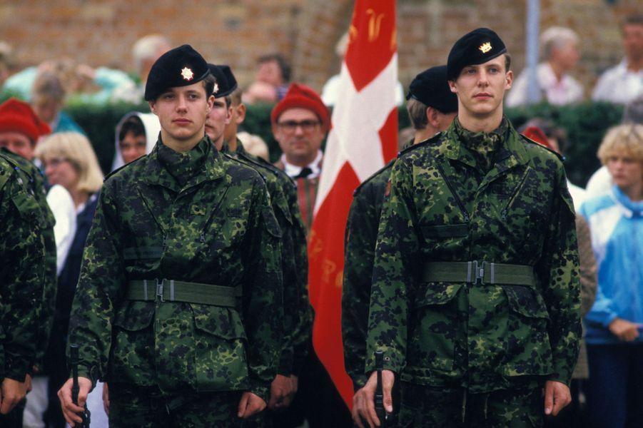 Le prince Joachim de Danemark avec son grand frère le prince Frederik, le 24 juillet 1987