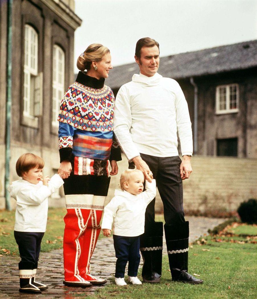 Le prince Joachim de Danemark avec son grand frère le prince Frederik et leurs parents, le 15 juin 1970