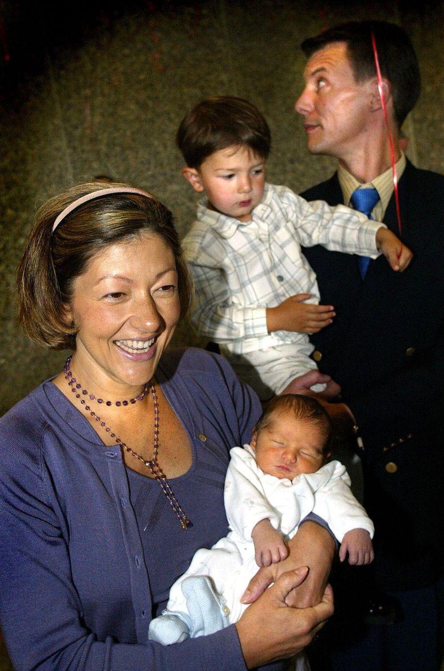 Le prince Nikolai de Danemark avec ses parents et son frère Felix, le 26 juillet 2002