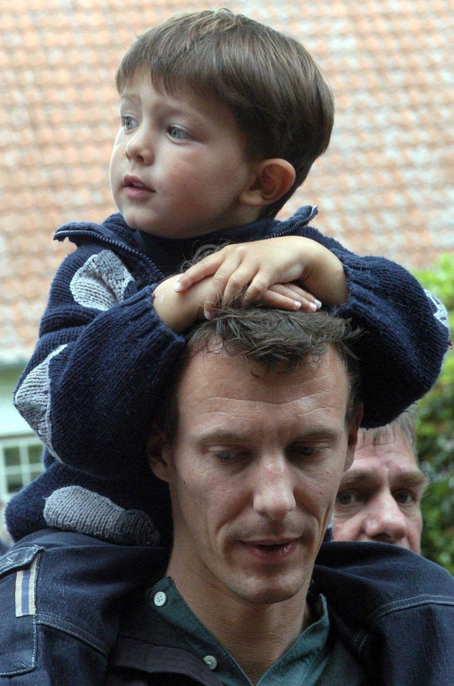 Le prince Nikolai de Danemark avec son père le prince Joachim, le 25 juin 2003