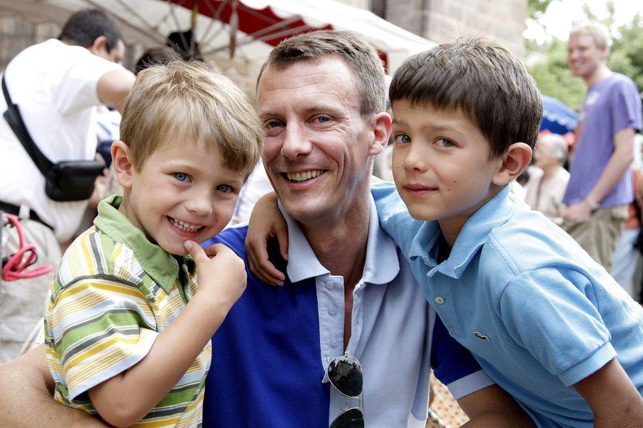 Le prince Nikolai de Danemark avec son frère Felix et leur père, le 18 juillet 2007