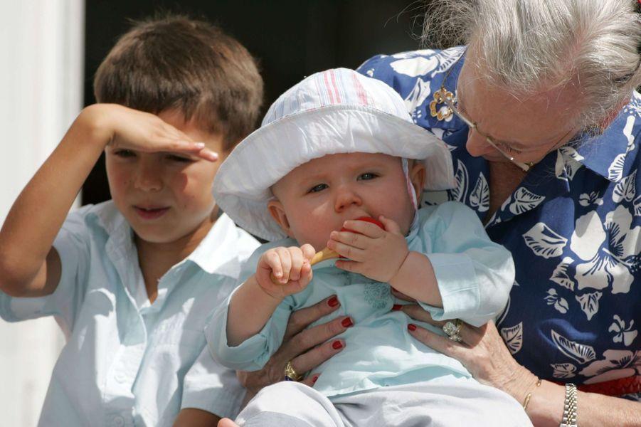 Le prince Nikolai de Danemark avec sa grand-mère et son cousin Christian, le 3 juin 2006