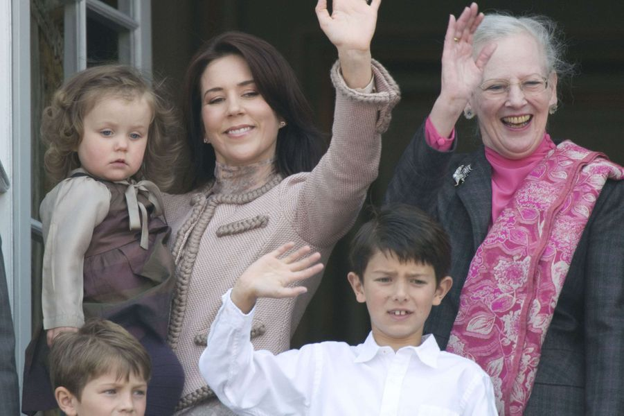 Le prince Nikolai de Danemark avec son frère Felix, la reine Margrethe II, la princesse Mary et sa fille Isabella, le 16 avril 2009