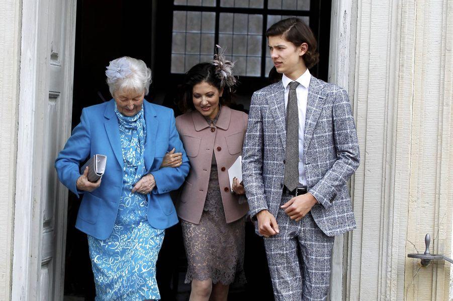 Le prince Nikolai de Danemark avec sa mère et sa grand-mère maternelle, le 1er avril 2017