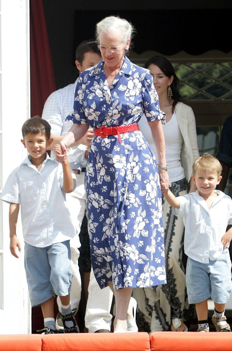 Le prince Nikolai de Danemark avec sa grand-mère la reine Margrethe II et son frère Felix, le 3 août 2006