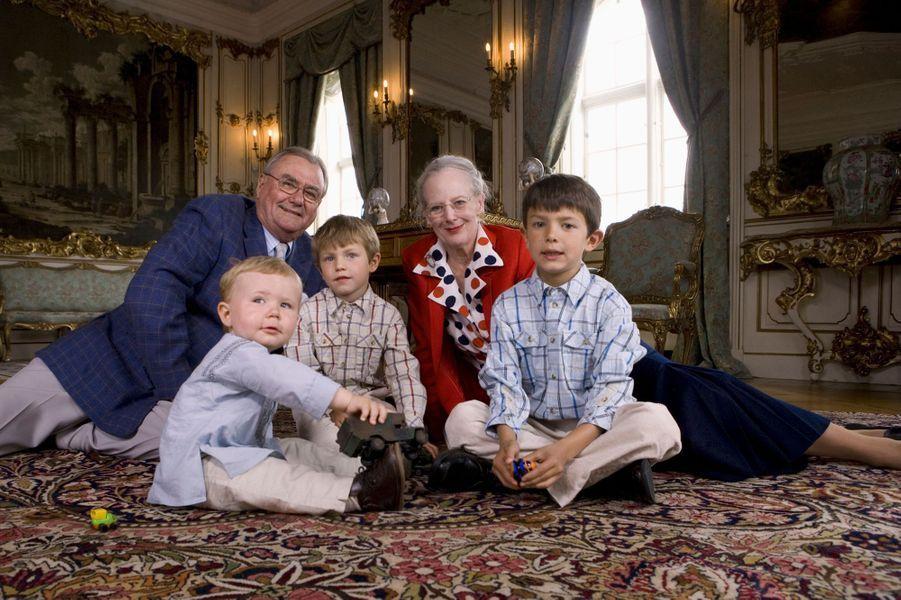 Le prince Nikolai avec ses grands-parents, son frère Felix et son cousin Christian, le 10 juin 2007