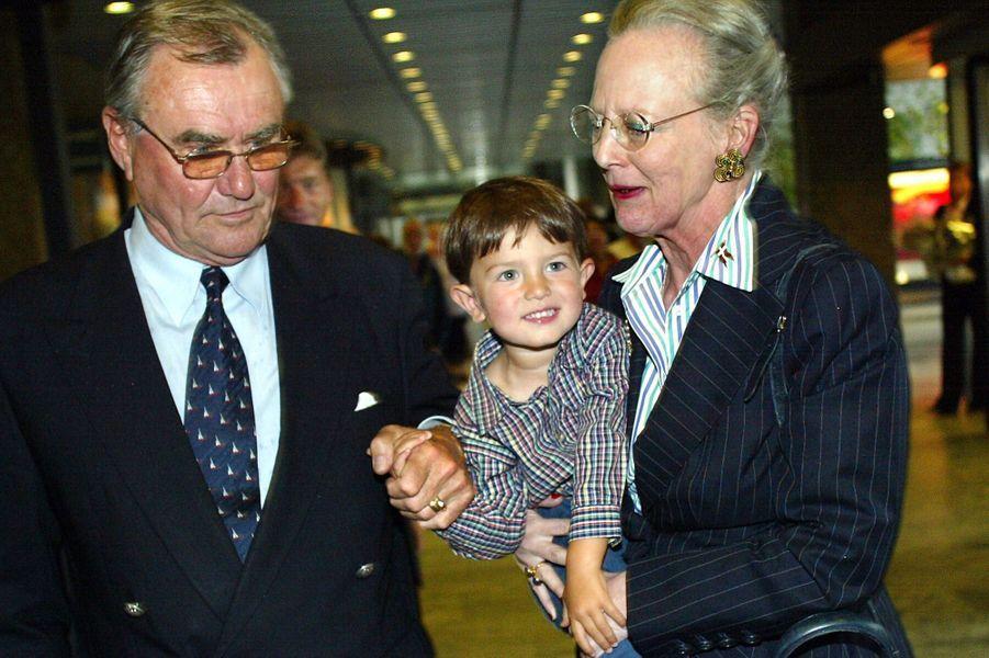 Le prince Nikolai de Danemark avec la reine Margrethe II et le prince Henrik, le 22 juillet 2002