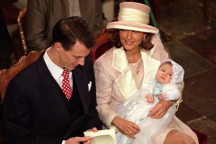 Le prince Nikolai de Danemark avec ses parents le jour de son baptême le 6 novembre 1999