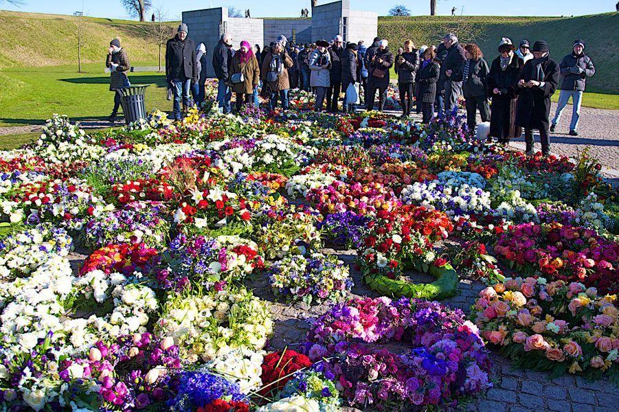 Les fleurs du prince Henrik de Danemark déposées au Kastellet à Copenhague, le 22 février 2018