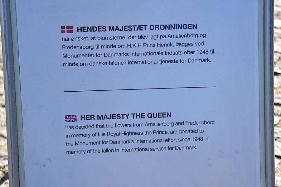Texte indiquant que la reine Margrethe II de Danemark a fait placer les fleurs du prince Henrik au Kastellet à Copenhague