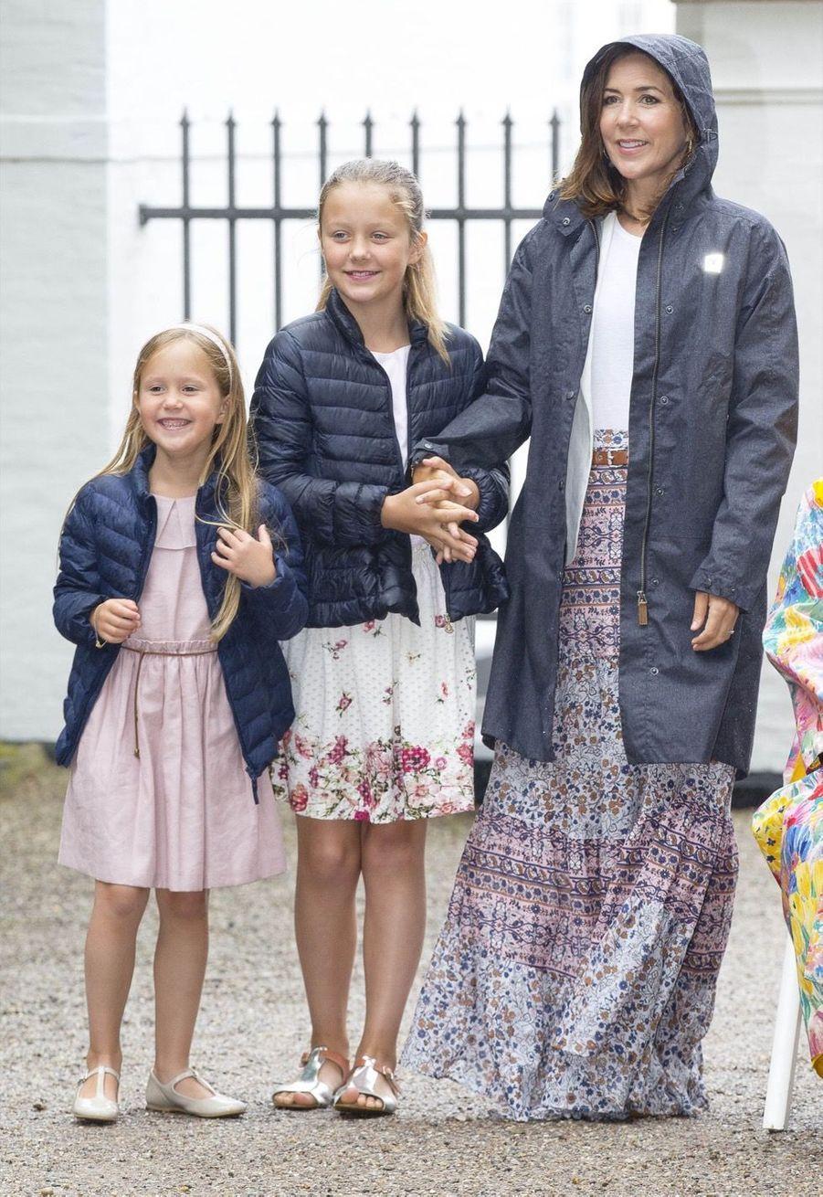 La Famille Royale Du Danemark Assiste Au Passage Du Ringriding Au Château De Gråsten 10