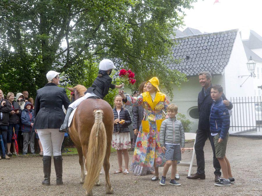 La Famille Royale Du Danemark Assiste Au Passage Du Ringriding Au Château De Gråsten 16