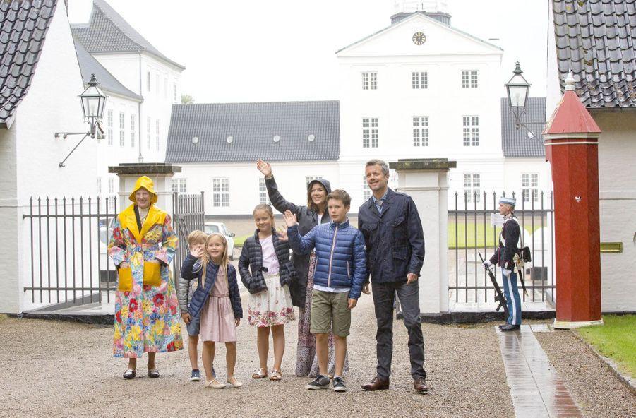 La Famille Royale Du Danemark Assiste Au Passage Du Ringriding Au Château De Gråsten 19