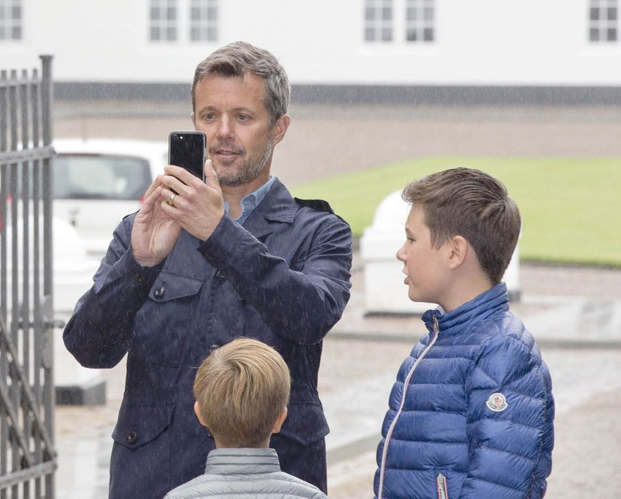 La Famille Royale Du Danemark Assiste Au Passage Du Ringriding Au Château De Gråsten 6