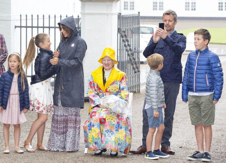 La Famille Royale Du Danemark Assiste Au Passage Du Ringriding Au Château De Gråsten 8