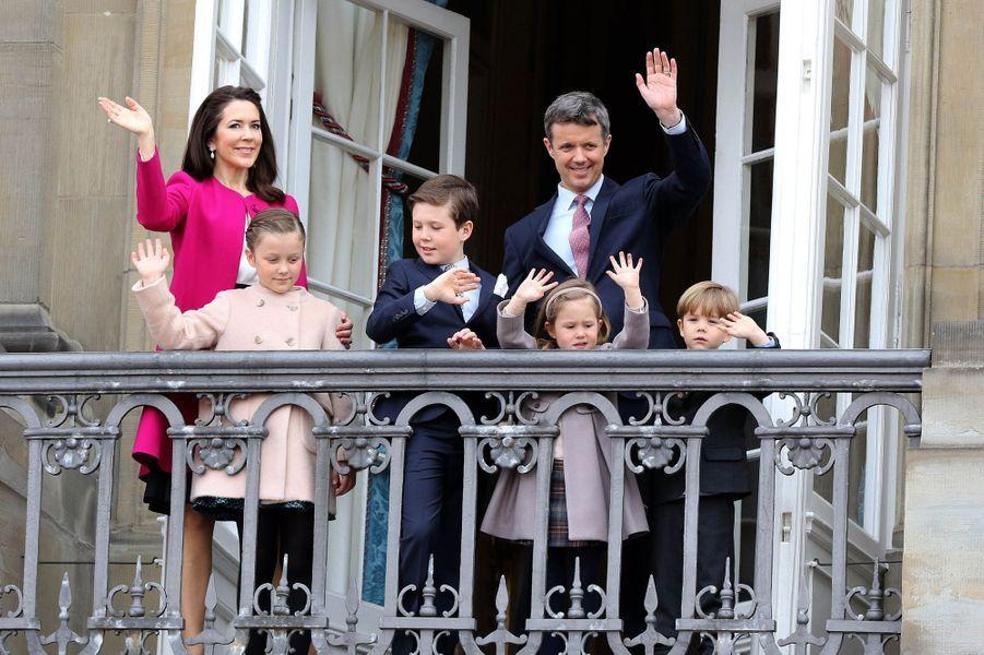 La princesse Mary et le prince Frederik avec leurs enfants à Copenhague, le 16 avril 2016