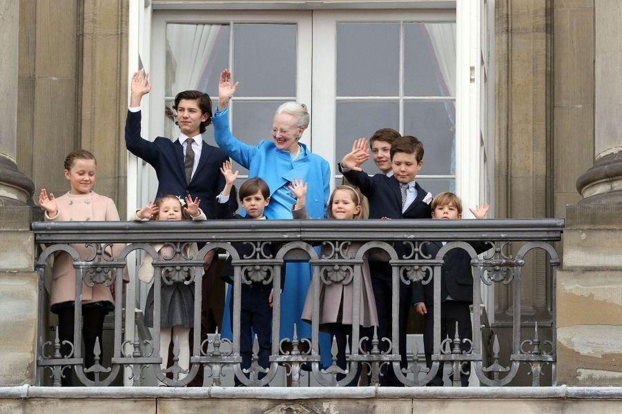 La reine Margrethe II de Danemark et ses petits-enfants à Copenhague, le 16 avril 2016
