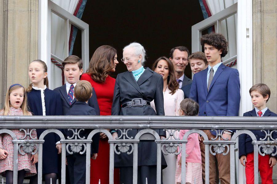 La reine Margrethe II de Danemark avec ses huit petits-enfants à Copenhague, le 16 avril 2018