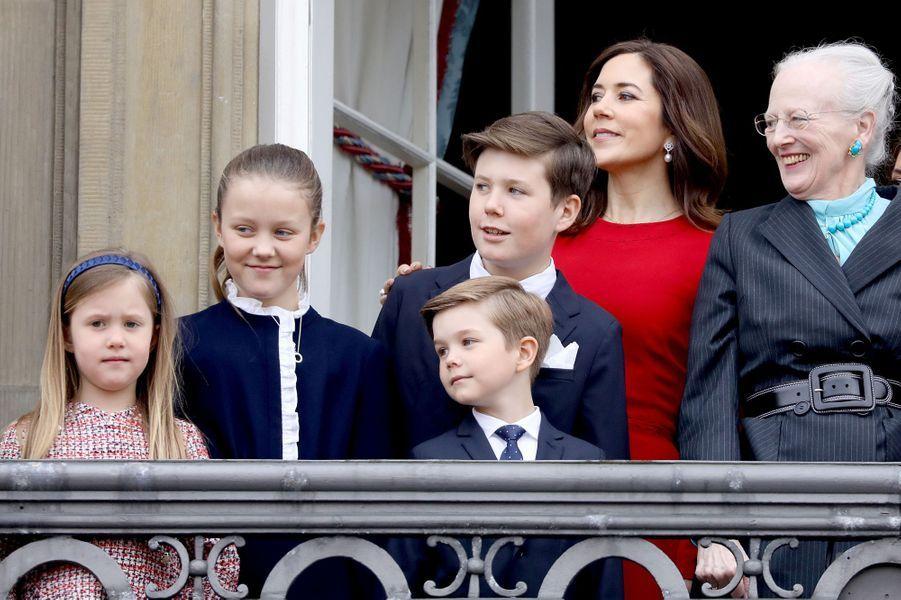 La princesse Mary avec ses enfants et la reine Margrethe II de Danemark à Copenhague, le 16 avril 2018